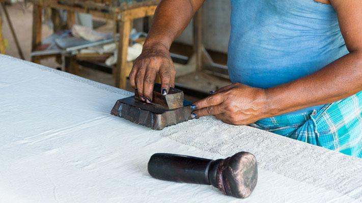 """""""Printer"""". Le marteau sert à frapper le tampon de bois pour marquer profondément le motif sur le tissu. (Andhra Pradesh - Inde)."""