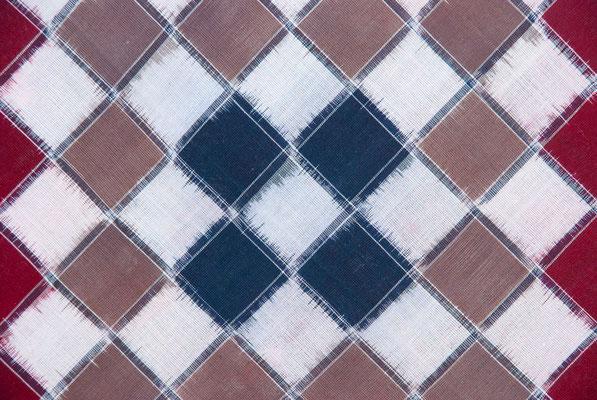 Motif géométrique relativement simple à trois couleurs.