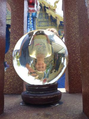 le temple est entouré de boules comme celle-ci