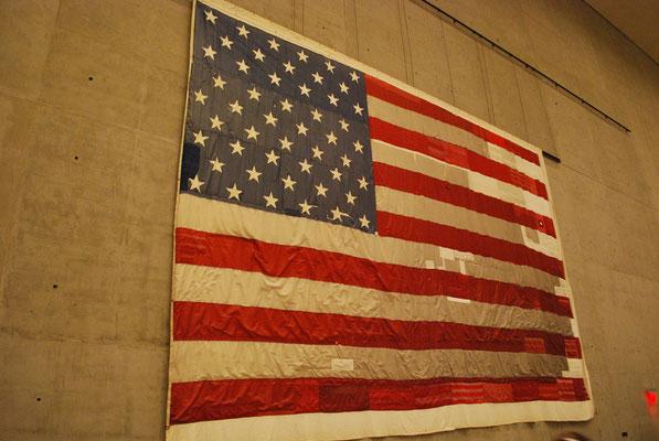 Symbole de l'Amérique qui se relève, le drapeau refait à partir de différents drapeaux trouvés sur des lieux de catastrophes (WTC, tornades...)