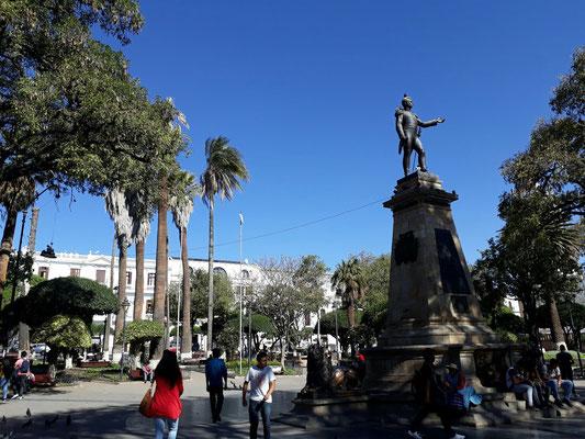 Place du 25 mai, statue du Maréchal Sucre