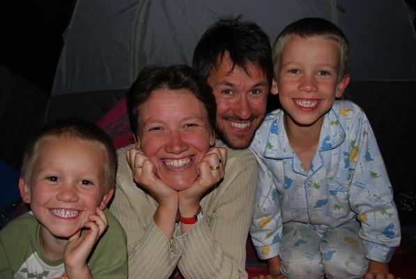 repos et jeux en famille sous la tente
