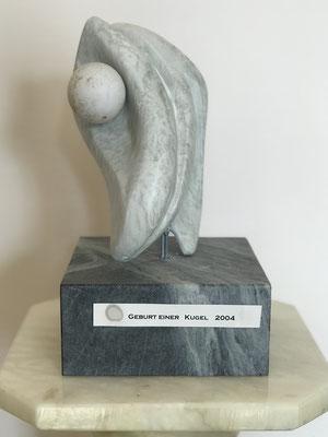 Geburt einer Kugel (2004), Speckstein bearbeitet, 11 cm x 20 cm