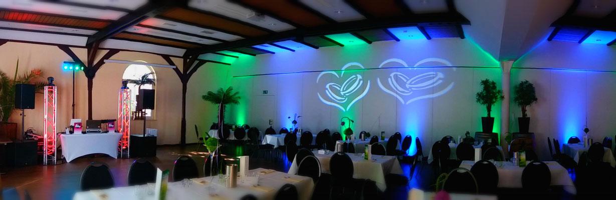 Ambientbeleuchtung in den gewünschten Hochzeitsfarben des Brautpaares