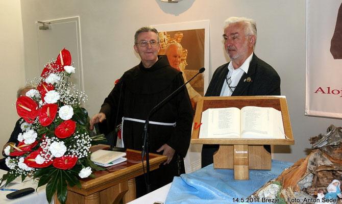 Krippenfreunde Slowenien: Pater Dr. Leopold Grcar OMF,  Obmann der Krippenfreunde Slowenien. Heinz Eichler, Obmann Krippenfreunde Feldkirchen in Kärnten.