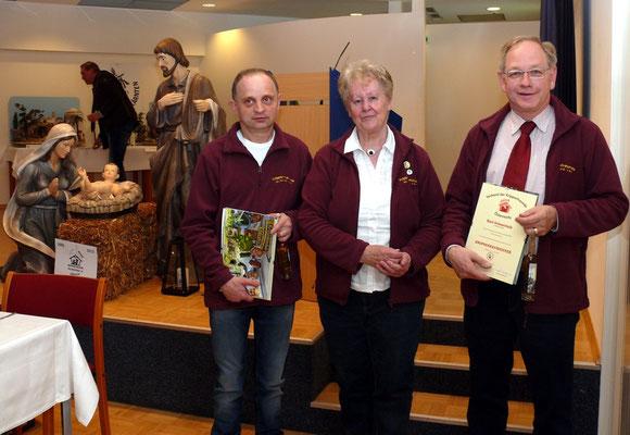 Die neuen Krippenbaumeister Ellersdorfer und Schmerlaib mit Obfrau Rosiemarie Gabriel