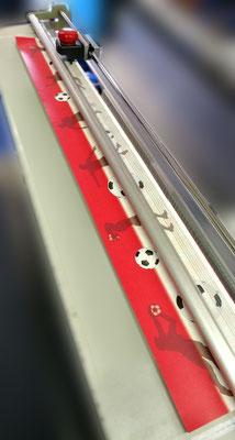 Einzelbordüren werden mit dem Rollenschneider per Hand zugeschnitten