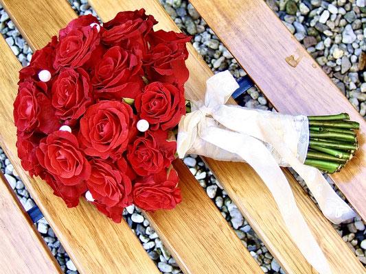 Brautstrauss Kugelform aus roten Rosen und Perlen