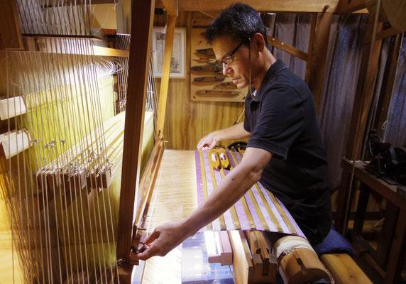 3、 紋紙を木製ジャカードにセットして製織