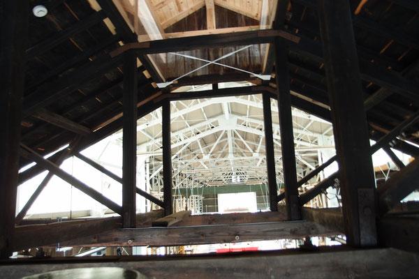 修繕庫の小屋組みは、螺旋階段を上って観察できる。