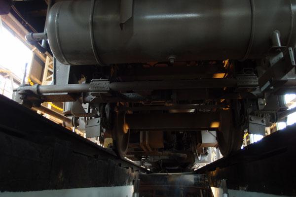 KD12の床下をさらに下からかいま見る。