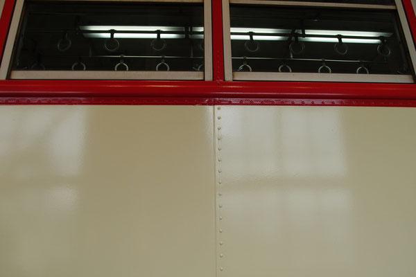 富士重工のバス構体を基につくられたKD12は、リベットがある。
