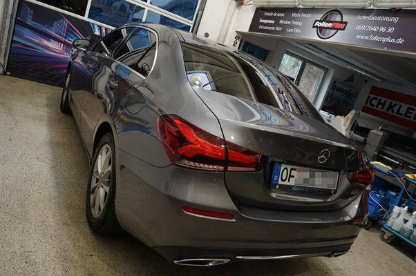 Entspanntes Autofahren durch getönte Scheiben - Mercedes Limousine.