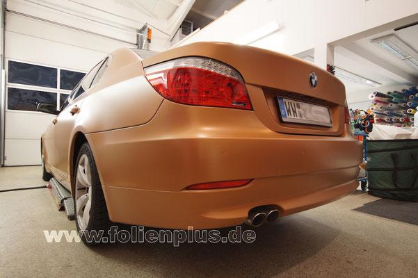 Fahrzeugfolierung am 5'er BMW E60 mit Oracal 970 Gold Matt