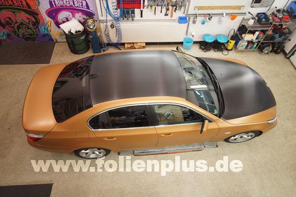 Fahrzeugfolierung am 5'er BMW E60 mit Oracal 970 Gold Matt + Oracal Carbon