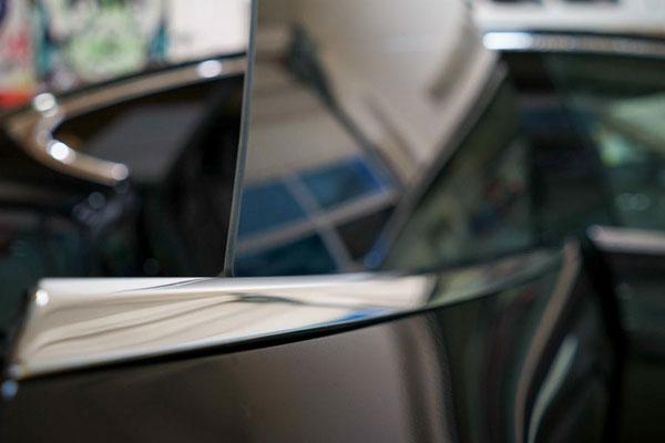 Folierung der Rahmenlosen Seitenscheiben am Tesla