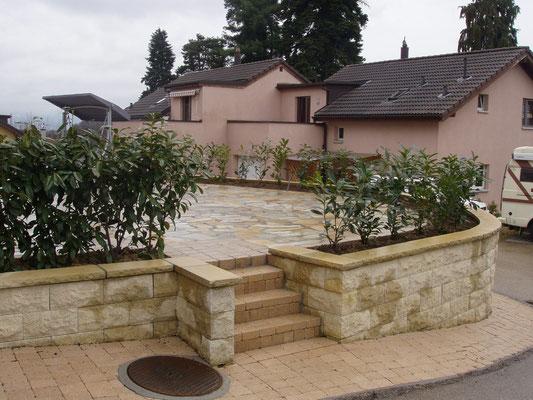 mur en briques structurées, escalier en pavés