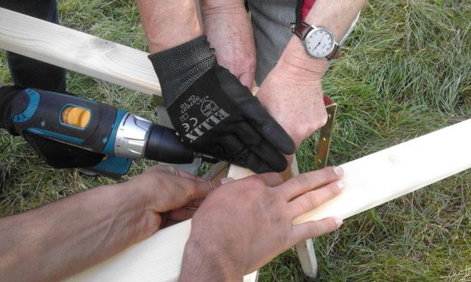 Viele Hände ersetzen die Werkbank...
