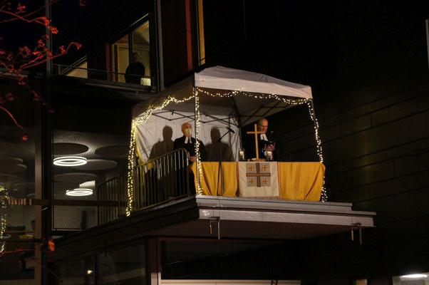 Gottesdienst an Heiligabend im Hof des Gemeindehauses
