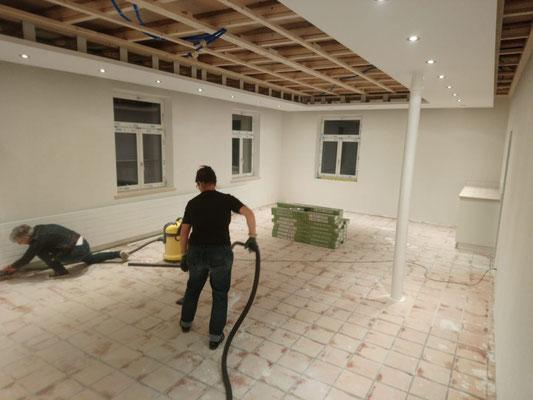 Noch mehr aufräumen und putzen, damit der Boden verlegt werden kann... (W17)