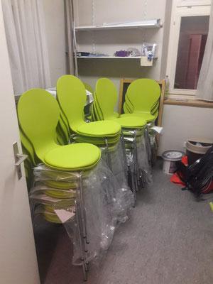 Die Stühle sind in der zwischenzeit fertig zusammengebaut (W10)
