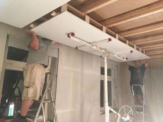 Das zweite Deckenelement wird installiert (W10)