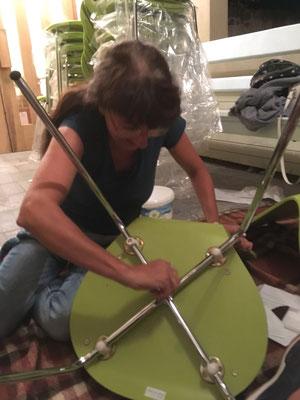 Stühle werden in Akkordarbeit zusammengebaut (W10)