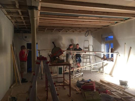 Das erste Deckenelement ist bereit zur Installation (13. August, W10)