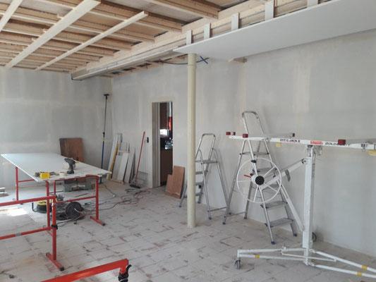 Das vierte Deckenelement wird installiert (W10)