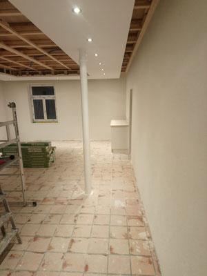 Die Wände sind fertig verputzt, es wurde aufgeräumt und das Möbel gebaut (W17)