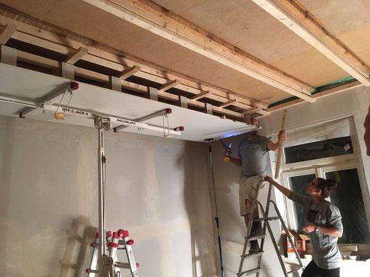 Installation des ersten Deckenelementes (W10)