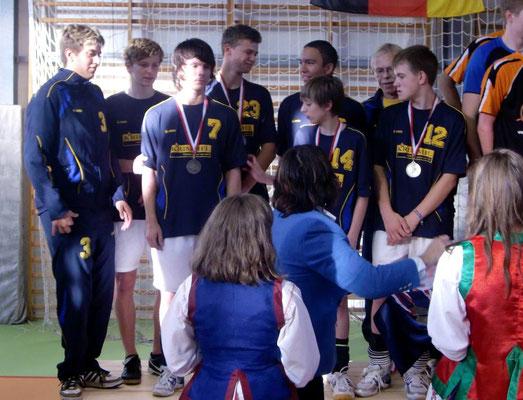 Nach Überreichung der Medaillen folgt der Pokal
