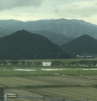 新幹線からの写真。727の看板。