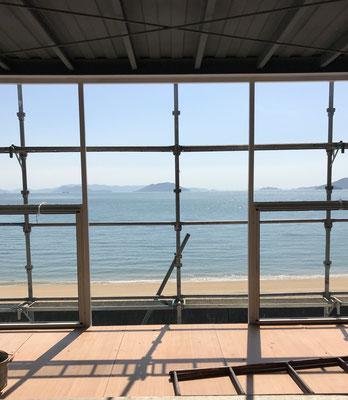 現場2階から瀬戸内海。意匠設計は香川県の事務所で、僕はコンテナ設計担当。