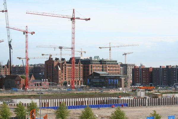 An der neuen Hafencity wird kräftig gebaut.