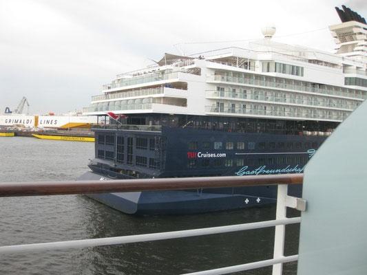 Das TUI-Schiff auf dem Weg zur Anlegestelle, neben die AIDAcara!
