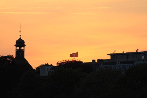 Sonnenuntergang über Hamburg beim Auslaufen