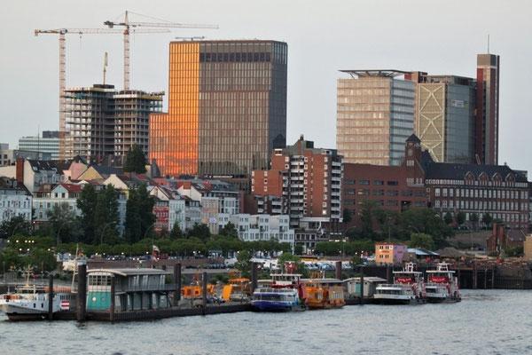 AIDAblu verlässt Hamburg
