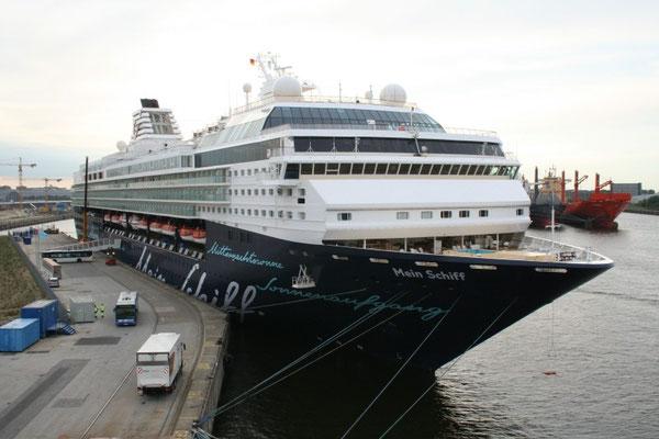 TUI-Schiff am Grasbrookquai in Hamburg.