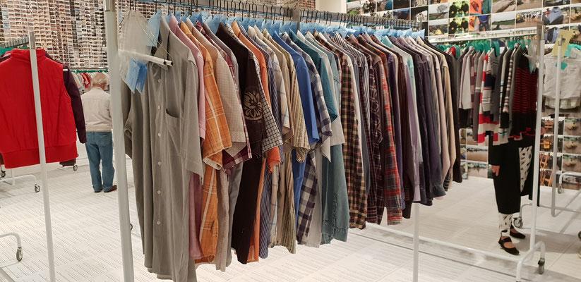 """der """"Waschsalon"""" mit der Ausstellung der vielen Kleidungsstücke, die in dem Auffanglager Idomeni an der Griechisch Mazedoinischen Grenze zurückgelassen wurden"""
