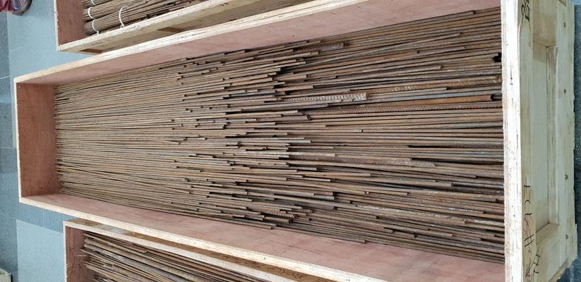zurückgebogenen Eisenstäben, die aus dem durch Erdbeben zerstörten Ort in China geborgen wurden, dort sind tausende Kinder und Erwachsene gestorben.