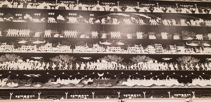 • Die riesige Wandtapete mit zahlreichen Darstellungen von Kriegshandlungen, zerstörten Dörfern, aus Flüchtlingslagern und der Menschen auf der Flucht