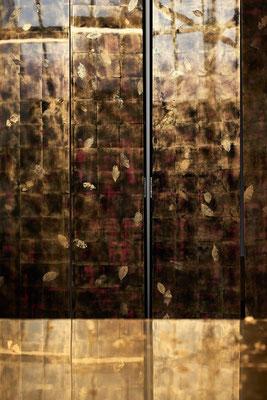 Détail d'un paravent mural fixe, créé à l'occasion de AD Matières. Laque et feuilles d'or ©Silvère Leprovost