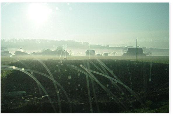 Tessin, Blick aus fahrendem Zug.