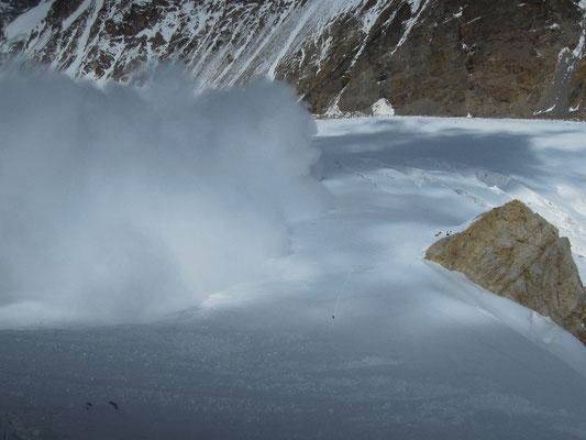 Eine große Lawine erreicht gerade nicht Lager I (rechts bei den Felsen) und vor allem nicht Gerlinde, die gerade am Ende des Abstiegs von Lager II ist © R. Dujmovits