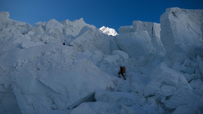 Gerlinde im Aufstieg durch den Eisfall oberhalb des Basislagers © D.Goettler