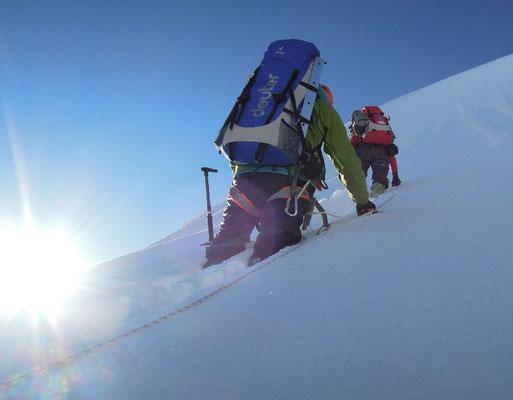 Gerlinde Kaltenbrunner (vorne) beim Spuren auf dem Schneegrat am Beginn des Pfeilers, Ralf Dujmovits folgt