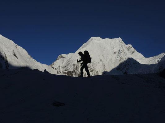 Nancy vor dem Praqpa Ri (7134 Meter) © Ralf Dujmovits