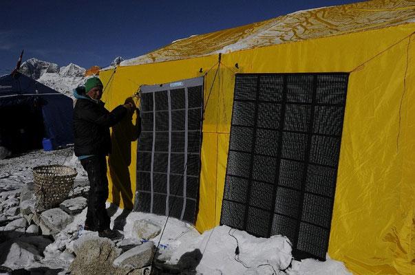 2 x 60 Watt - ausreichend für´s ganze Camp © R.Dujmovits
