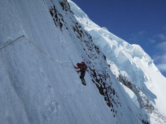 Gerlinde in der 150 m langen Traverse in die NW-Flanke im Aufstieg nach Lager II